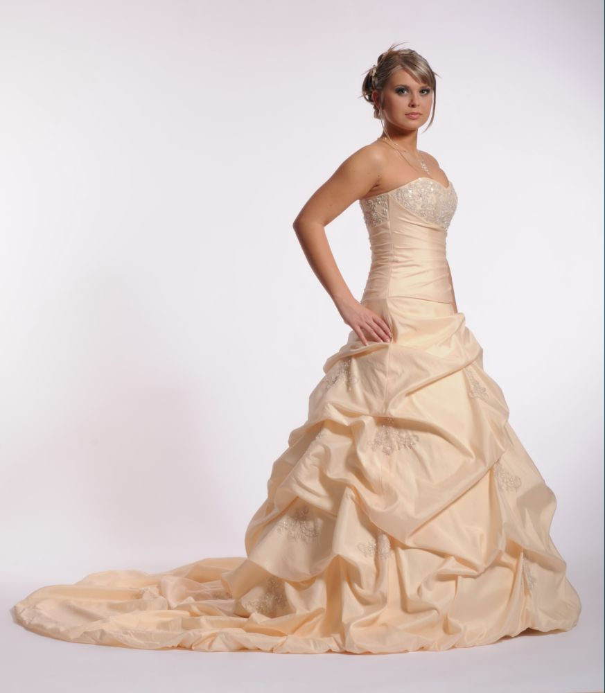 472e2b3ce995 Jak vybrat styl a střih šatů  - Svatební průvodce   Svatební šaty ...